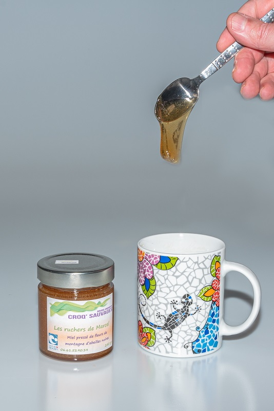 miel pressé de fleurs sauvages des montagnes d'auvergne, croqsauvages, sur laloop tasse