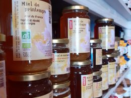 la boite à biscuit à murat propose des miels bio